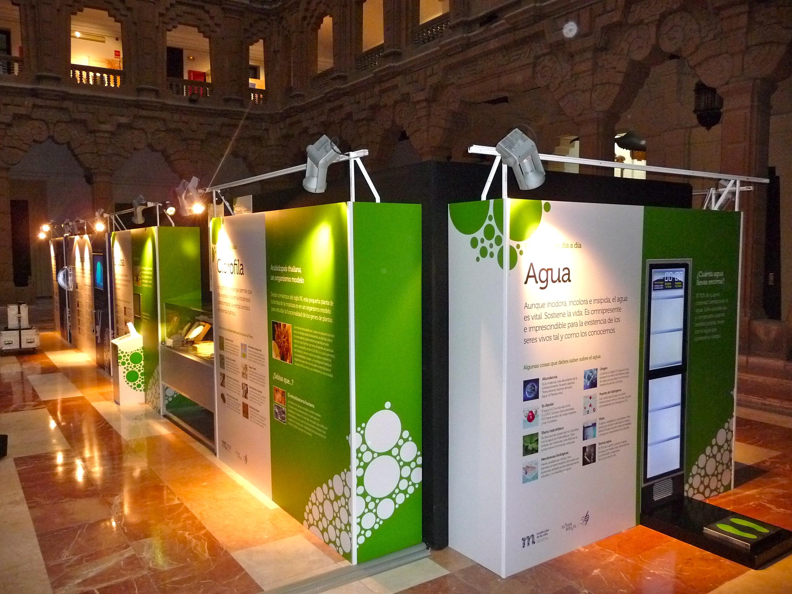 La exposición Moléculas de la vida sigue su itineraria por colegios de Málaga